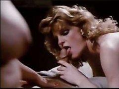 Ретро видео: голая женщина с выбритым лобком трахается с парнем