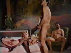 Винтаж порно: зрелые мамки в чулках мастурбирую друг дружке киски, а мужикам хуи