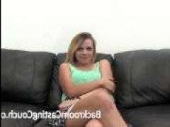 Девушка блондинка сосет член на кастинге для ретро порно