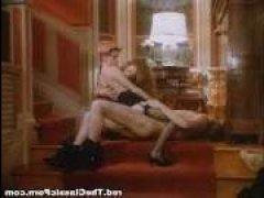 Короткий порно ролик ретро: жаркий секс на ступеньках с двумя красотками