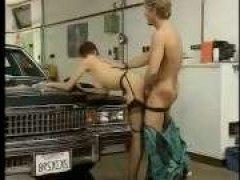Механик устроил групповуху в гараже с молоденькими телочками