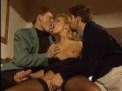 Ретро порно фильм: сосущие и ебливые суки позволяют долбить их во все дыры