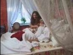 Русская брюнетка с большими сиськами сосет у спящего