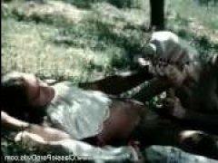 В лесу мужик устроил секс худой барышне, пока никто не видит - ретро