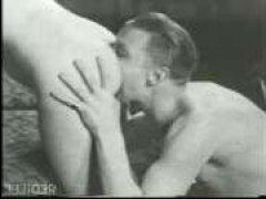 Девушку в киску трахают винтажные бисексуалы