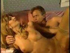 Мужик трахает худощавую блондинку, бурно кончая ей в рот