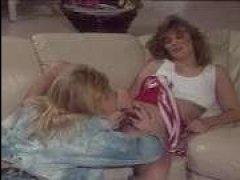 Одна блондинка мастурбирует другой и лижет - винтажное порно лесби