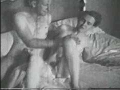 Порно винтаж: тетя и девушка жестко трахаются с мужиками