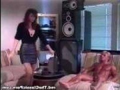 В винтажном порно видео девушка сосет член мужику