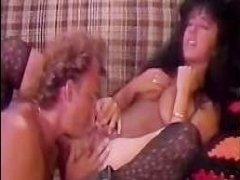 Мужчина празднует День рождения сексом с ретро голой девушкой: видео