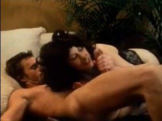 Порно винтаж: грудь сучки колыхалась во время измены мужу
