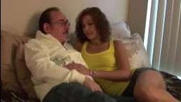 за 50 лет мужчина трахает девушку
