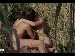 Зрелую бабу ебет в кустах молодой мушкетер с длинной шпагой