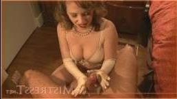 Ретро-порно: зрелая кудрявая блондинка дрочит хуй