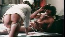 Старый ретро порно фильм: главная героиня позволяет ее трахать в горло